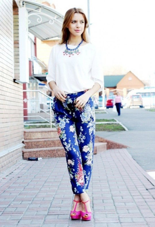 floral-printed-pants-outfit-idea